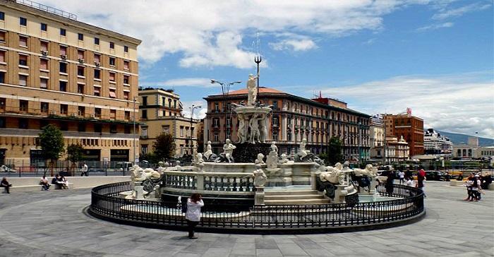piazza municipio con la nuova fontana del nettuno