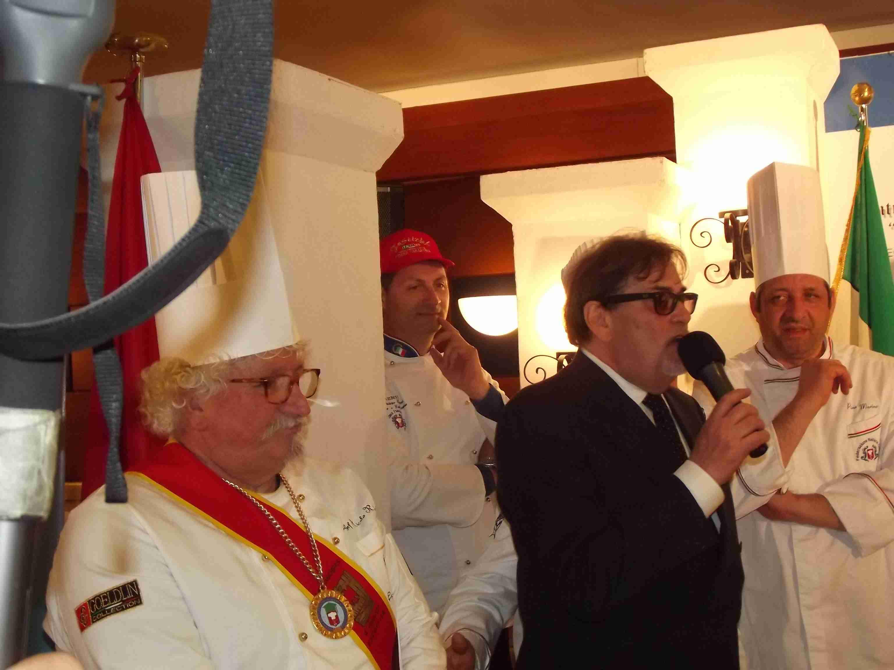 Cosimo Lardiello con gli chefs della nuova e vecchia generazione