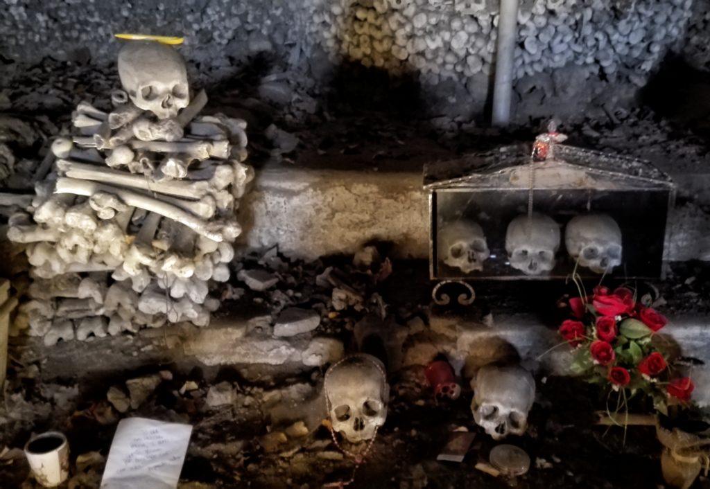 napoli cimitero fontanelle teschi 1024x706 1